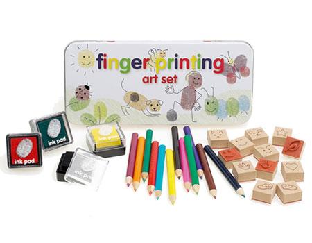 Le petit kit artistique pour dessiner avec ses empreintes digitales: ses 3 encreurs vert, rouge et jaune; ses crayons de couleur, ses tampons pour transformer les empreintes en animaux ou en petits personnages.