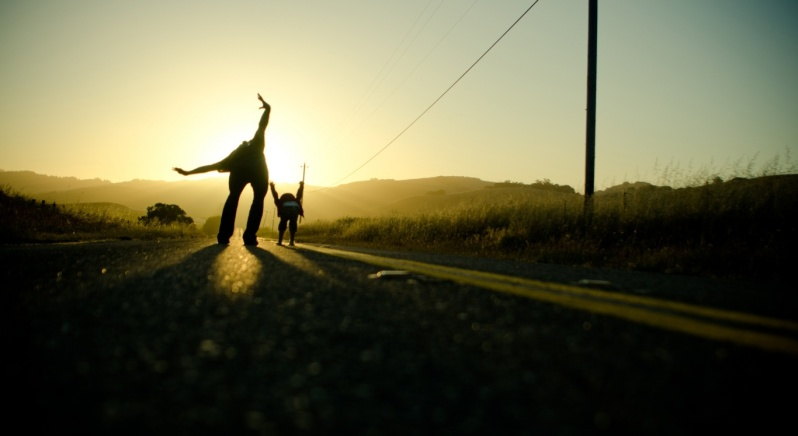 mother_and_child_playing_at_sunset-wallpaper-1366x768