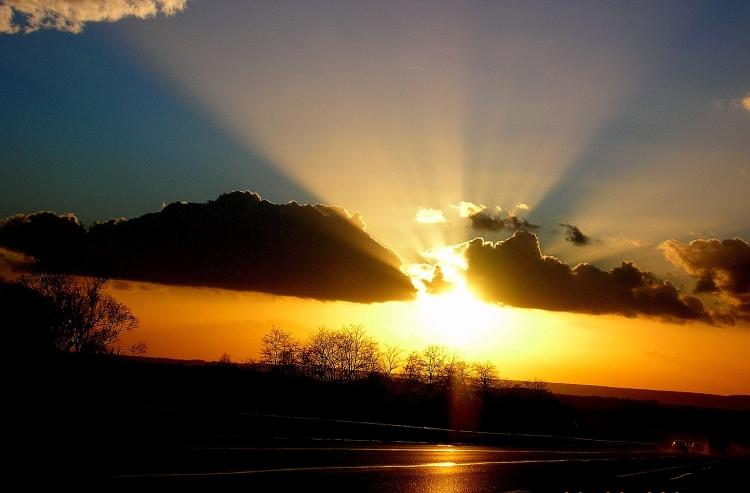 rayon-de-soleil-apres-l-orage-1982580370-1618321